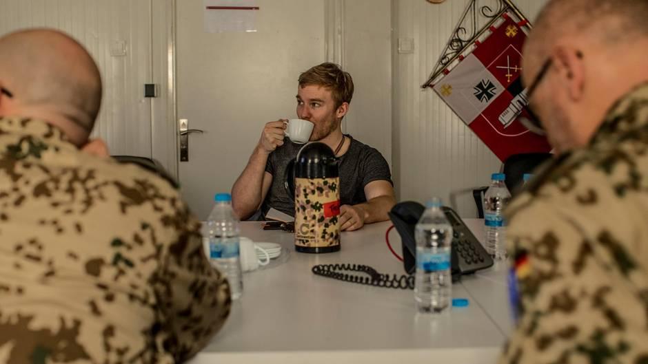 Wie eine Kaffeefahrt, nur eben im Irak. Und selbst die Thermoskanne muss sich tarnen.