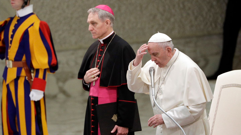 """Erzbischof Georg Gänswein (Mitte, hier neben Papst Franziskus), wurde schon oft der """"George Clooney des Vatikans"""" genannt. Aber was ist schon ein gut aussehender Schauspieler gegen einen Mann, der gleich zwei Päpsten zuarbeitet?"""