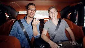 Joko Winterscheidt sitzt mit Phillip auf der Rückbank des Rolls-Royce
