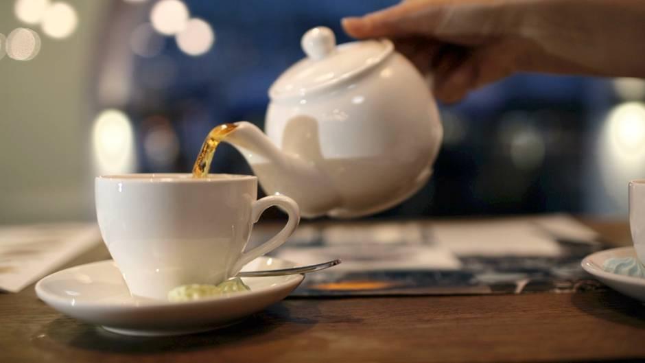 Knigge: Mindestens drei Tassen Tee einschenken? Die ungewöhnliche Teezeremonie der Ostfriesen