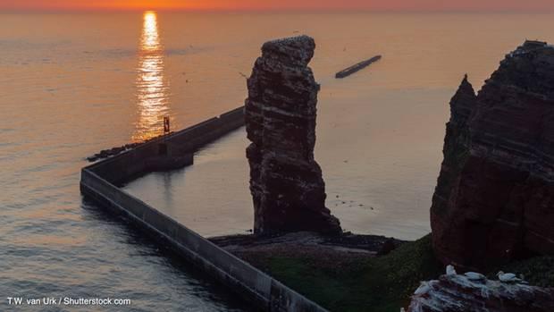Helgoländer Felsen im Sonnenuntergang.
