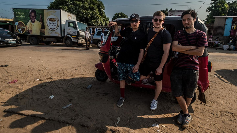 Albumcover? Reporter Freddy Seeler (Mitte) mit den Jungs von der Band Symbiz on Tour.