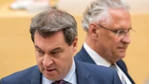 Markus Söder (CSU, l.), Ministerpräsident von Bayern, und Joachim Herrmann (CSU), Innenminister, konnten sich im Landtag mit dem umstrittenen Polizeigesetz durchsetzen