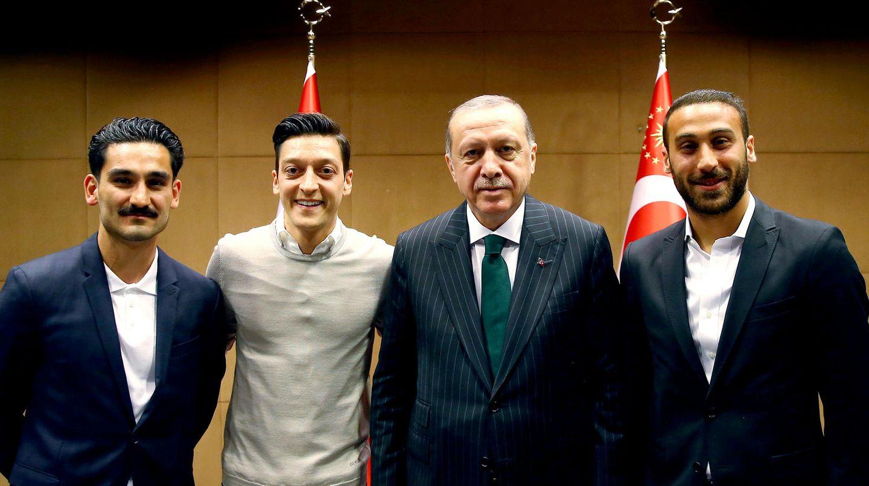 Ilkay Gündogan (l), Mesut Özil (2.v.l.) und Cenk Tosun (r) zusammen mit dem türkischen Staatspräsidenten Recep Tayyip Erdogan