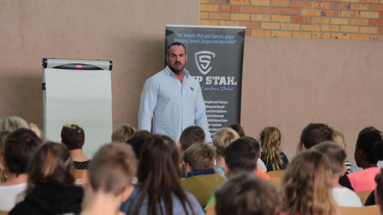 Carsten Stahl steht vor einer Gruppe von Schülern