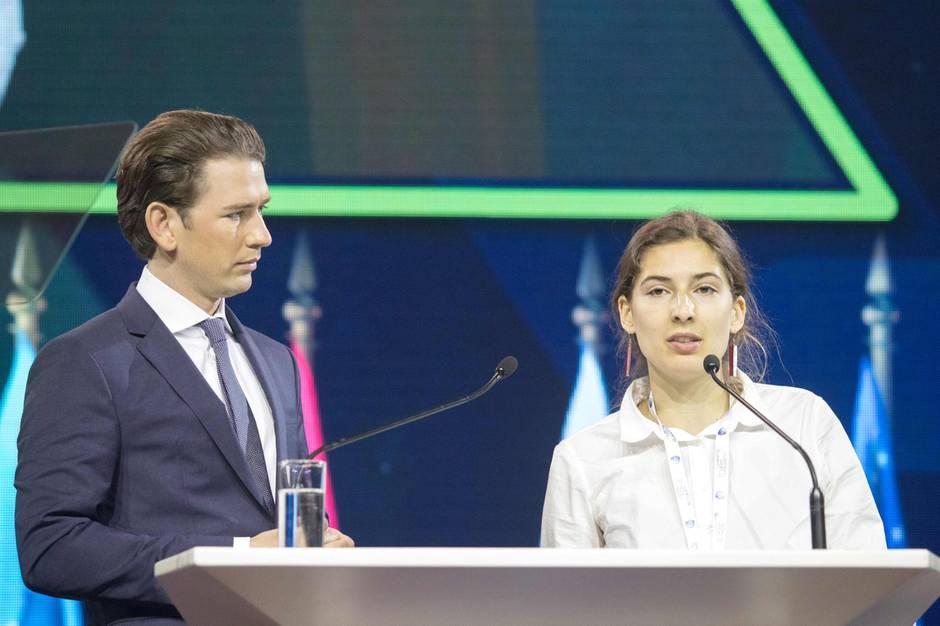 Geduldig lauscht Österreichs Bundeskanzler Sebastian Kurz der Ansprache der Klimaaktivistin Lucia Steinwender