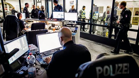 Polizist Stefan Thieme bei der Schreibarbeit in der Wache