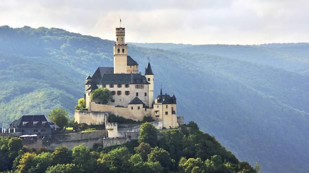 Marksburg in Braubach - Rhein-Romantik  Oft wurde sie belagert, aber nie erobert: Die Marksburg in Braubach ist die einzig erhaltene mittelalterliche Höhenburg am Mittelrhein und fast 800 Jahre alt. Heute gewährt sie vergnügliche Familien-Ausflüge in die Vergangenheit. Durch mächtige Tore, die Reitertreppe hinauf in die Burg, mit Rittersaal, Rüstungen, Zwinger und Bastionen. Außerdem wandert man hier durch eine der schönsten europäischen Kulturlandschaften. Oder man schippert gemütlich mit dem Rheindampfer flussaufwärts Richtung Loreley. Und wer wirklich fest entschlossen ist: Im Wappensaal der Marksburg darf man auch heiraten.  www.marksburg.de