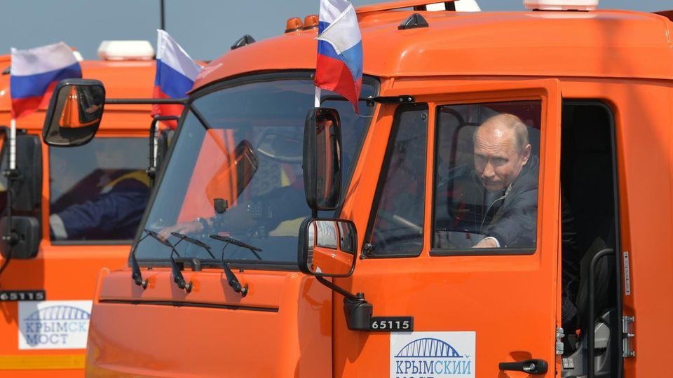 Wladimir Putin fuhr in einem orangenen Lastwagen der kultigen russischen Marke Kamaz über die Krim-Brücke