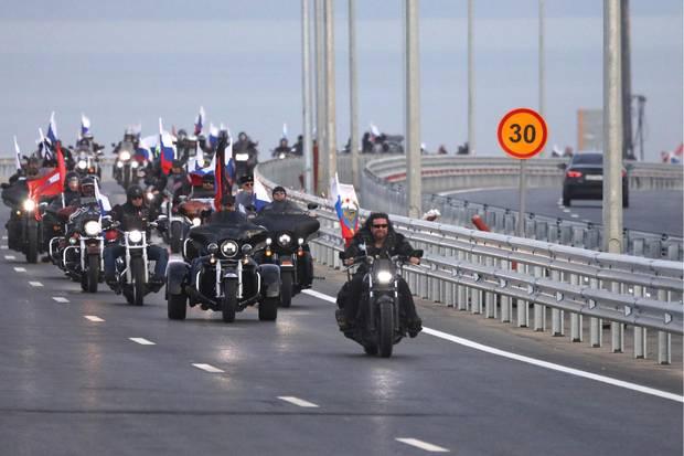 """Biker der """"Nachtwölfe"""" überqueren die Krim-Brücke"""
