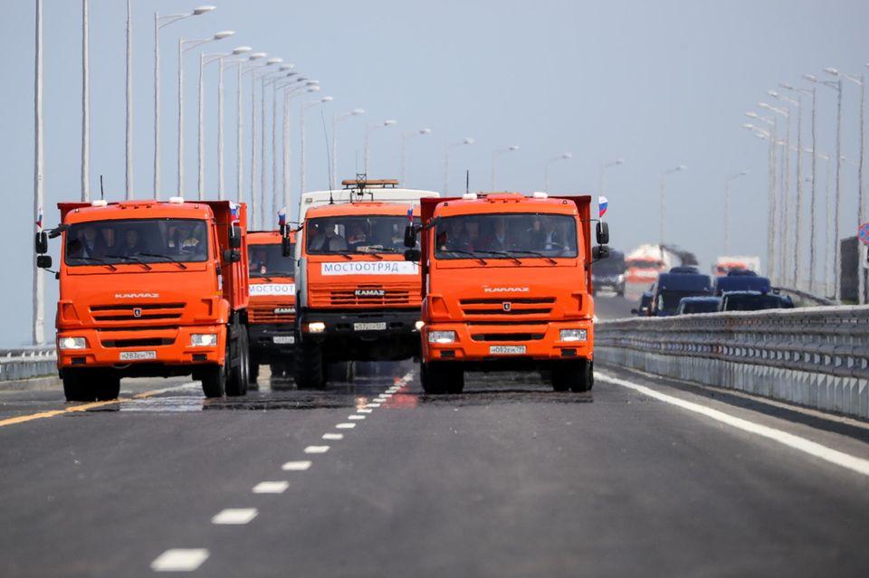 Wladimrir Putin führt das Lkw-Konvoi über die Krim-Brücke an