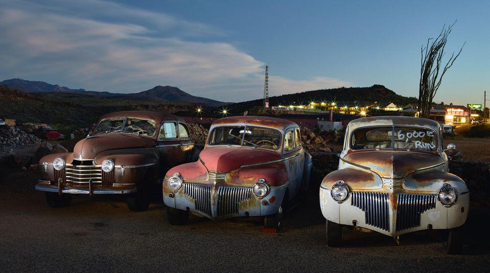 In dem Ort Kingman, an der legendären Route 66 in Arizona gelegen, stehen diese drei noch immer Würde ausstrahlenden Schönheiten: ein Oldsmobile aus dem Jahre 1941 und zwei Desoto, ebenfalls Baujahr 1941.