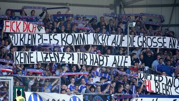 Kieler Fans halten Transparent hoch