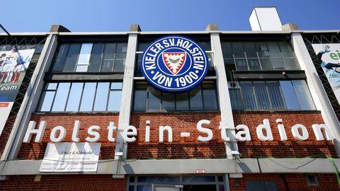 Blick auf das Vereinswappen am Kieler Stadion