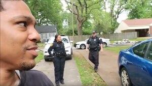 Der junge Immobilienmakler Michael Hayes und zwei Polizisten