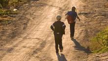 Zwei Kinder auf einem einsamen Weg