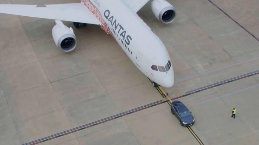 Neue Kooperation: Tesla zieht Boeing 737 übers Rollfeld