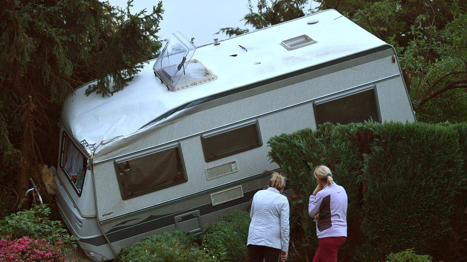 Tornado bei Mönchengladbach: Wohnmobil in die Hecken geschleudert
