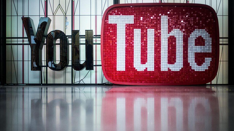 Das Logo des Videoportals YouTube im YouTube Space Berlin
