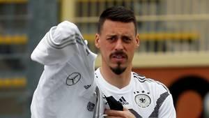 Stürmer Sandro Wagner zieht sich im Training einen Pullover über sein Nationalmannschaftstrikot