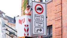 Ein Fahrverbotsschild für Lastwagen mit Diesel-Motor bis Euro 5 wird an der Stresemannstraße aufgehängt. Zur Luftreinhaltung werden in der Hansestadt voraussichtlich nach Pfingsten Fahrverbote eingeführt