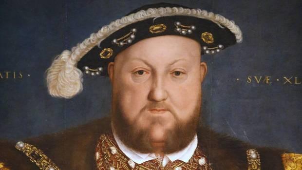 Ein Gemälde zeigt Heinrich VIII.: Ein dicklicher Mann mit rotblondem Vollbart, einem blauen Schlapphut und verziertem Gewand