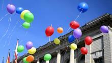 Anlässlich des Internationalen Tages gegen Homophobie steigen bunte Luftballons vor dem Berliner Abgeordnetenhaus in die Luft