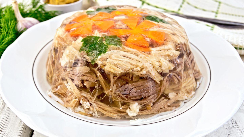 """1960  Nach der """"Fresswelle"""" wird wieder mehr auf eine gesundheitsbewusste Ernährungsweise geachtet. Gemüse und Fleisch in Aspik, Fondue und BoeufStroganoff sindklassische Gerichte der 60er Jahre."""
