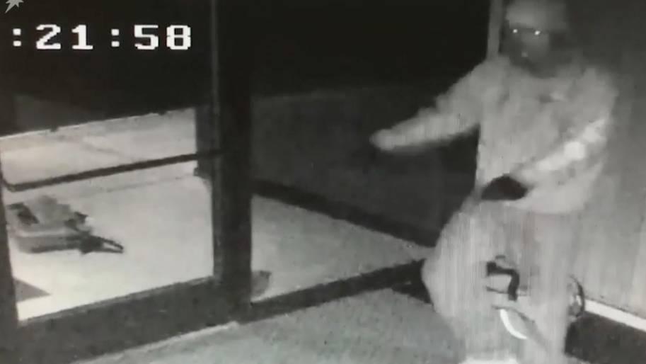 """Witziges Überwachungsvideo: Einbrecher tanzt zu """"Smooth Criminal"""" und wird später geschnappt"""