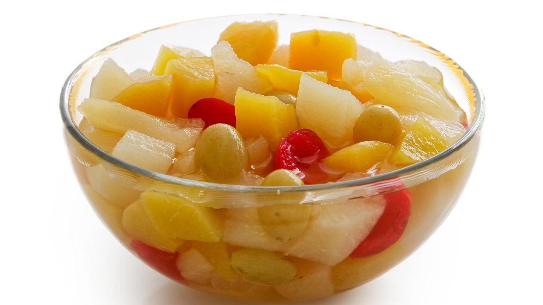 """1920  Die 20er Jahre sind vor allem für den Fruchtcocktail bekannt. So könnentropische und andere Früchte konserviert und übers ganze Jahr gegessen werden. In den USA erlangtder """"Caesar Salad"""" Ruhm."""