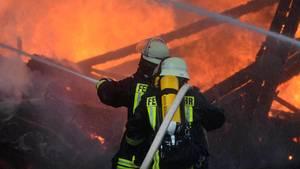 Feuerwehrleute löschen einen Brand