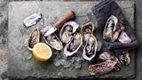 1990  Nach dem BSE-Skandal treten vor allem gesunde, leichte und kalorienarme Lebensmittel in den Vordergrund sowie Vollkornprodukte und Schnellimbisse mit Salaten. Und die feineren Genüsse mit Austern, Hummer und Champagner werden populär.