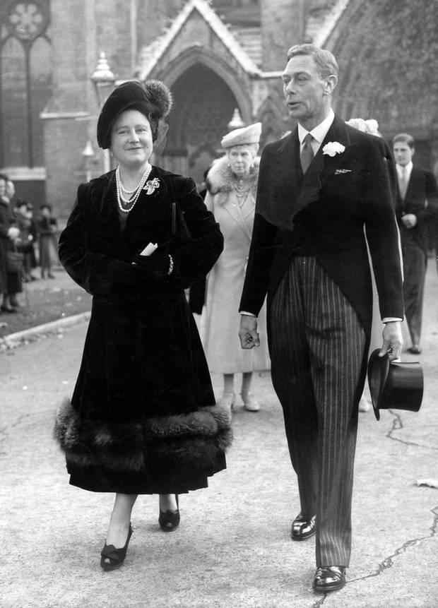 Queen Mum mit Ehemann George im Jahre 1948