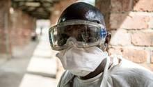 Auch die Gesundheitskräfte in der kongolesische Großstadt Mbandaka müssen nun gegen Ebola ankämpfen