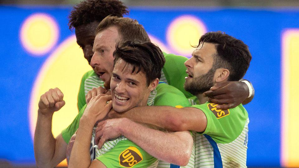 Spieler des VfL Wolfsburg bejubeln Sieg in der Relegation gegen Holstein Kiel