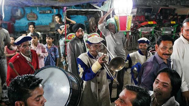 Herr Mahor bläst Trompete bei Hochzeiten. Einen weiteren Job hat er nicht