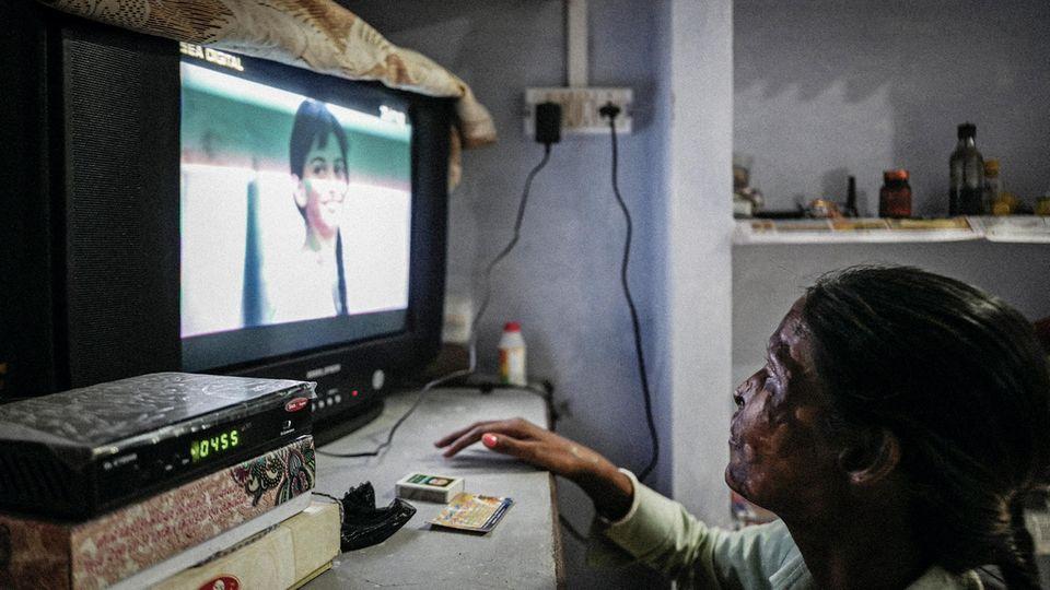 Neetu kann nur Schatten erkennen; dem Geschehen auf dem alten Fernseher versucht sie dennoch zu folgen