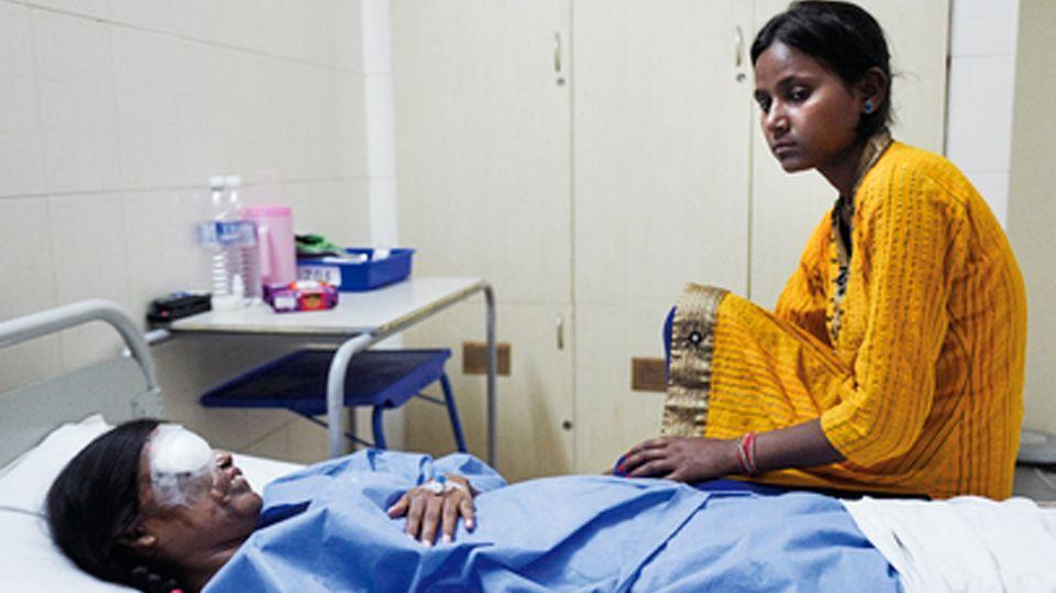 Eine Augen-OP brachte Neetu keine Besserung. Am Krankenbett ihre jüngere Schwester Poonam