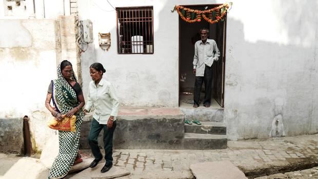 Geeta, die Mutter, führt ihre Tochter Neetu, die seit dem Attentat blind ist. Der Vater schaut zu