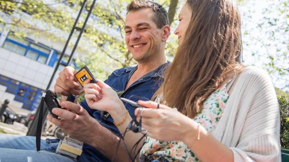 Ein Paar hört gemeinsam Musik mit einem Walkman