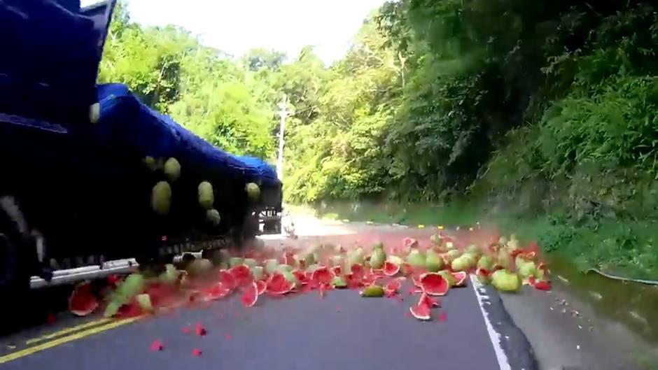Skurriler Unfall: Und plötzlich explodierten Wassermelonen auf der Straße