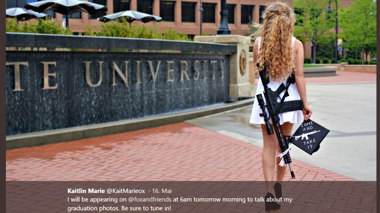 US-Studentin Kaitlin Bennett posiert mit AR-10-Gewehr auf dem Campus