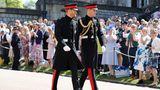 Prinz Harry (l.) und sein Bruder und Trauzeuge Prinz William gehen zu Fuß zurKapelle