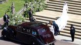 Meghan Markle entsteigt dem Rolls Royce und erklimmt die Stufen zurSt George's Chapel