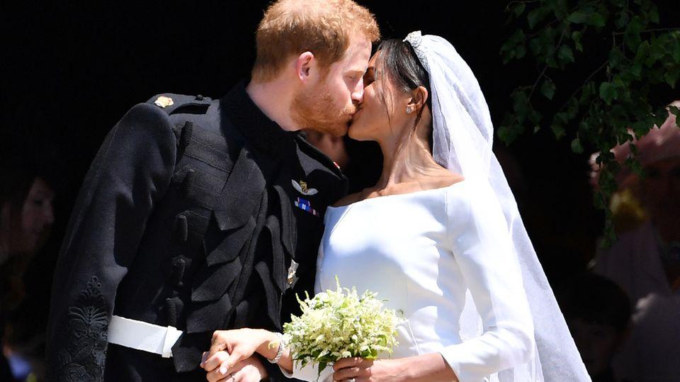Nach der Trauung küssten sich Harry und Meghan vor der Kapelle