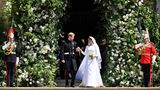 Harry und Meghan vor dem blumengeschmücktem Eingang derSt George's Chapel