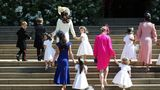 Die Blumenkinder, darunter Prinz George (l.) und Prinzessin Charlotte (3.v.l.), kommen in Begleitung ihrer Mütter vor der Kapelle an