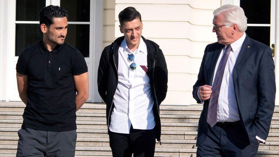 Fußballnationalspieler Ilkay Gündogan (l.) und Mesut Özil (M.) mit Bundespräsident Frank-Walter Steinmeier