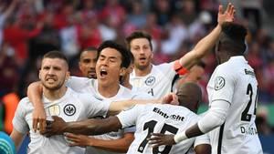 Dank zweier Treffer von Ante Rebic (l.) gewinnt Eintracht Frankfurt das Pokalfinale gegen den FC Bayern München