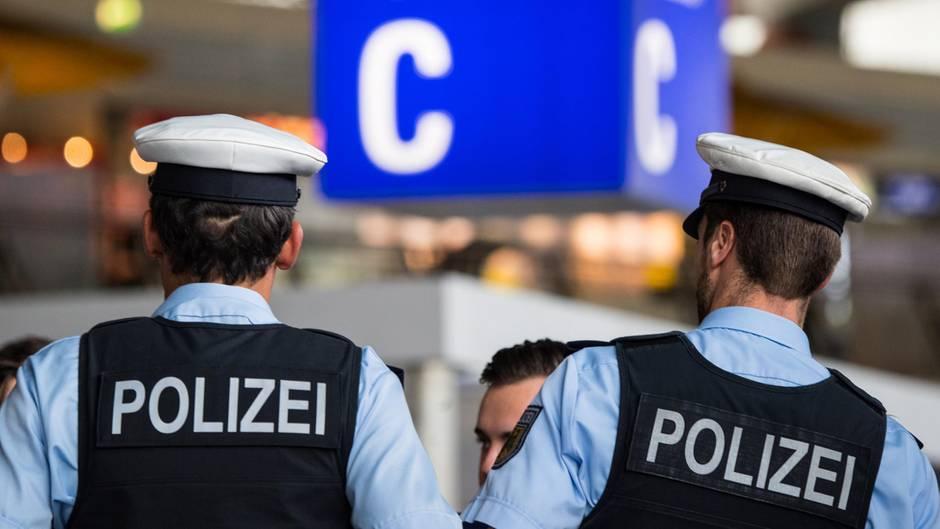 Polizisten an einem Flughafen in Frankfurt